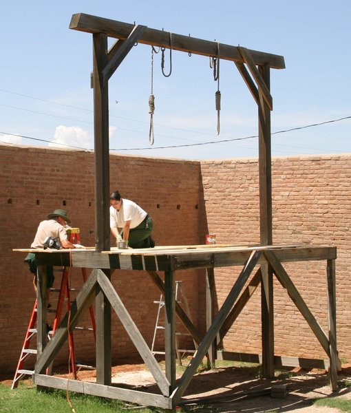 Tombstone_courthouse_gallows